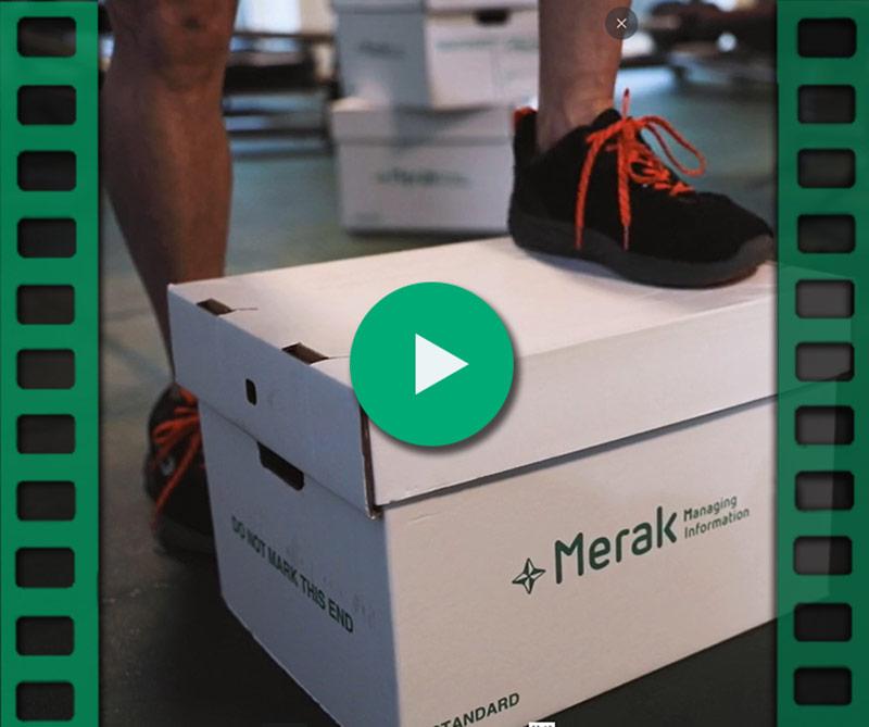 Man stapt op archiefdoos van Merak
